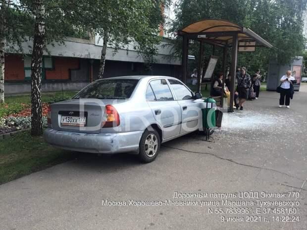 В Москве легковушка протаранила автобусную остановку
