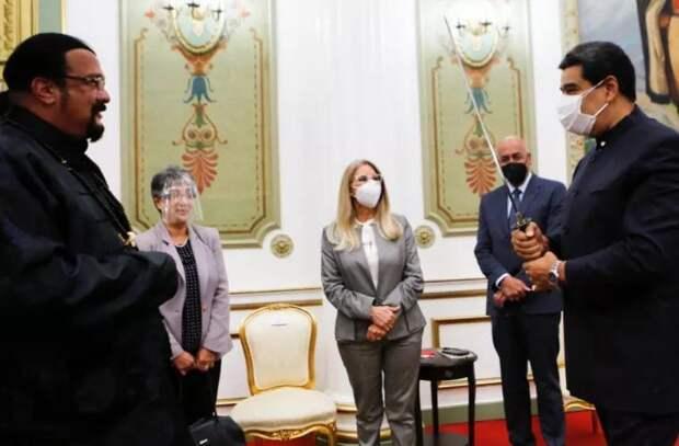 Стивен Сигал прибыл в Венесуэлу и подарил Мадуро самурайский меч