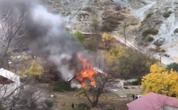 Армяне массово покидают «оккупированные» районы, сжигая дома
