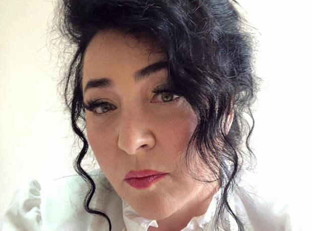 Певица Лолита сильно изменилась после борьбы с коронавирусом и записала видеообращение