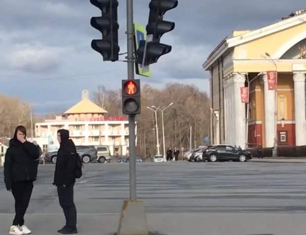 На площади Кирова накануне массовых мероприятий упал светофор