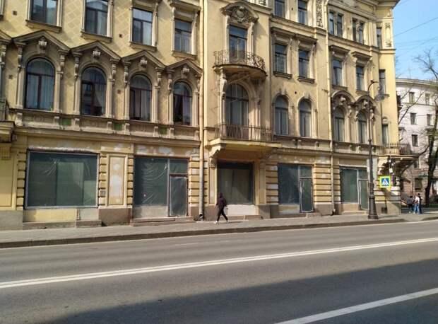 В доме-памятнике на Каменноостровском проспекте незаконно заменили исторические окна. КГИОП обратился в полицию