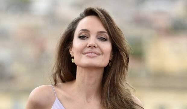 «Без колебаний нажимает на курок»: Анджелина Джоли показала свою сущность