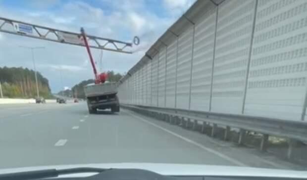 На Кольцовском тракте грузовик снёс железную опору