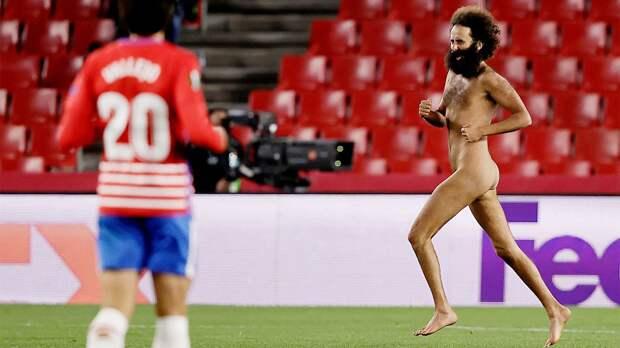 Голый мужик — главный герой вечера Лиги Европы. Выбежал на поле при пустых трибунах и стал звездой: видео