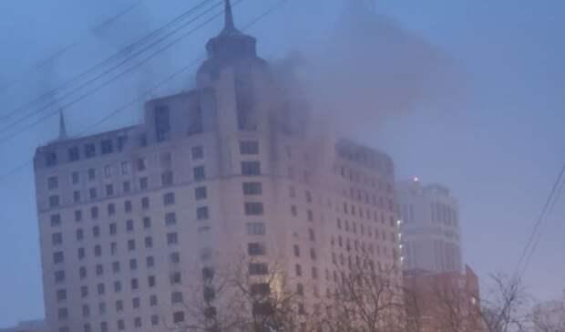 «Мужчина вокне просит опомощи»: вЕкатеринбурге загорелся многоэтажный дом