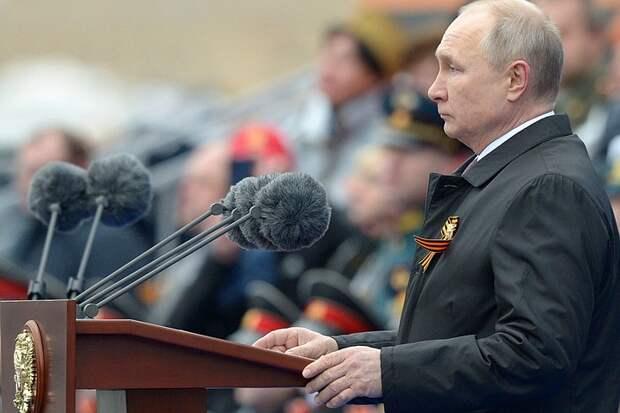 Западные СМИ обсуждают, зачем Путин изменил одно слово в своей речи на параде 9 мая