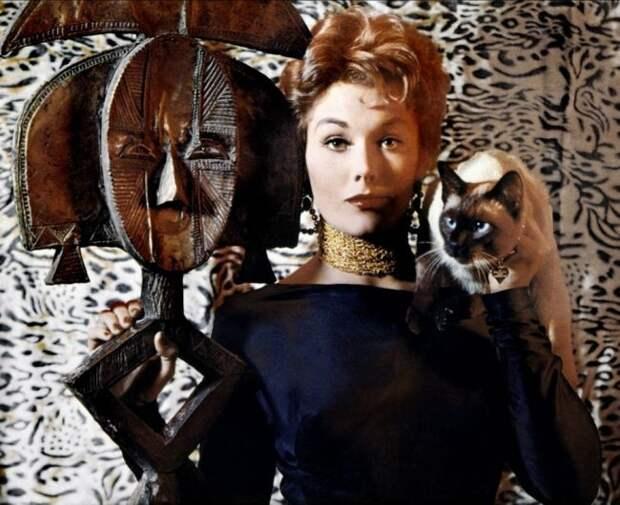 """Ким Новак в образе очаровательной ведьмы, в комедийной мелодраме """"Колокол, книга и свеча"""" (1958)."""