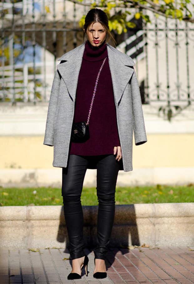 Девушка в узких брюках и светлом пальто