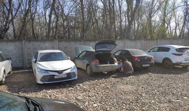 Несколько авто получили повреждения из-за плохой парковки у нового парка у Таганрога