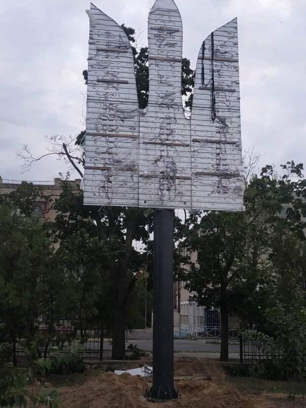 Светящийся трезубец за полтора миллиона гривен и гигантский флагшток за двенадцать: реакция жителей Донбасса на инсталляции с символикой