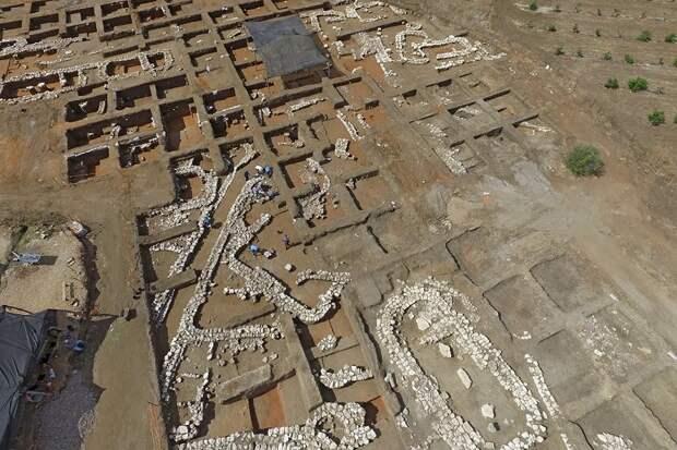 Кто построил первый город на Земле