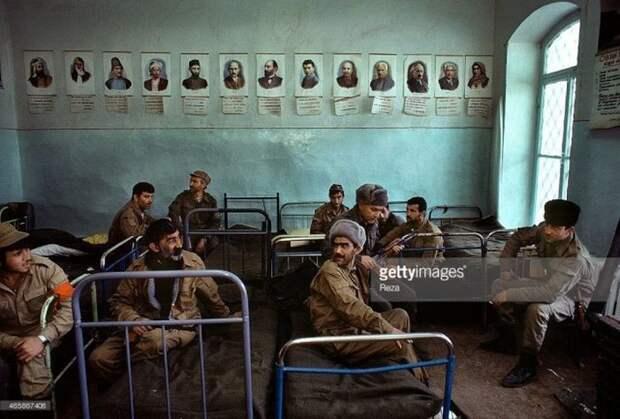 Азербайджанские военные в школе города Шуша, 1992 год. В мае этого же года армяне выбили азербайджанцев из Шуши, город перешел по контроль НКР СССР, прошлое, фото