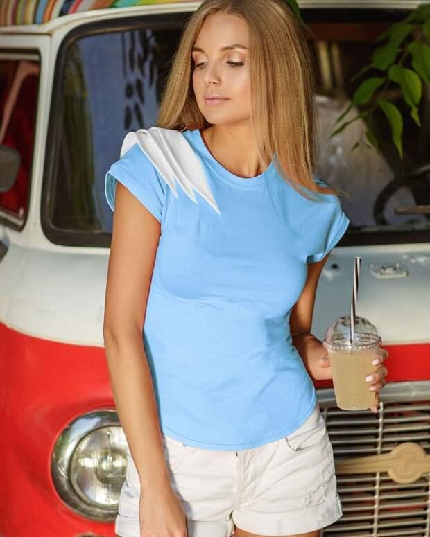 10 оригинальных и удобных примеров с чем носить голубую футболку
