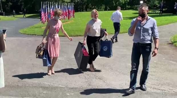 """Российскую делегацию увидели с """"подарками для Байдена"""" на вилле Ла-Гранж"""