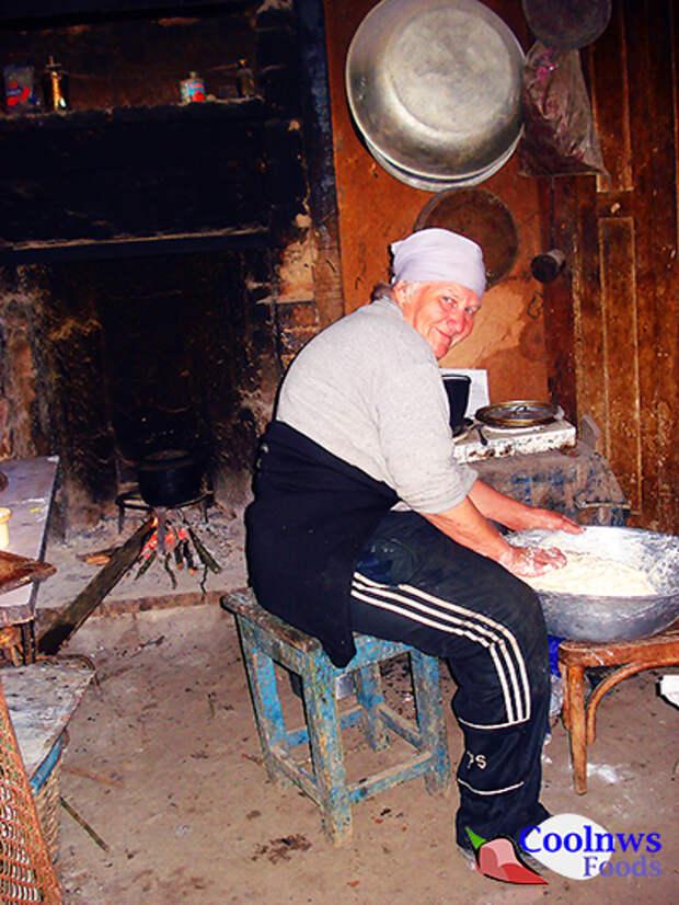 Замешивает тесто на хачаппури