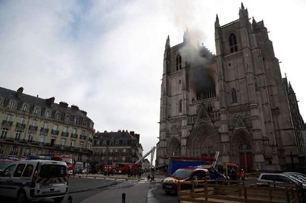 7 фото и видео пожара в соборе Петра и Павла в Нанте
