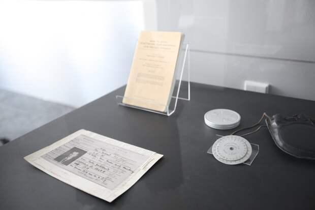 Учётная карточка Рихарда Зорге и шифровальное устройство американской армии/ Роман Балаев