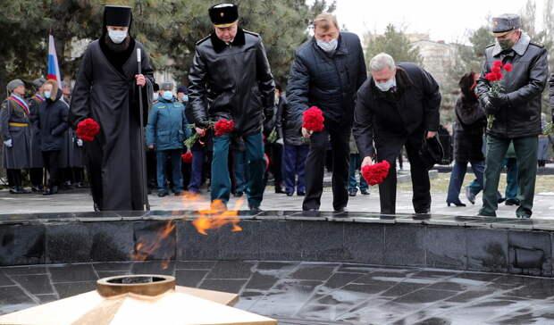 Губернатор Ростовской области возложил цветы кмемориалу «Павшим воинам»
