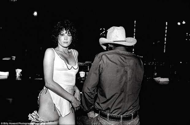 Работница стрип-клуба у барной стойки 80-е, сша, фотография