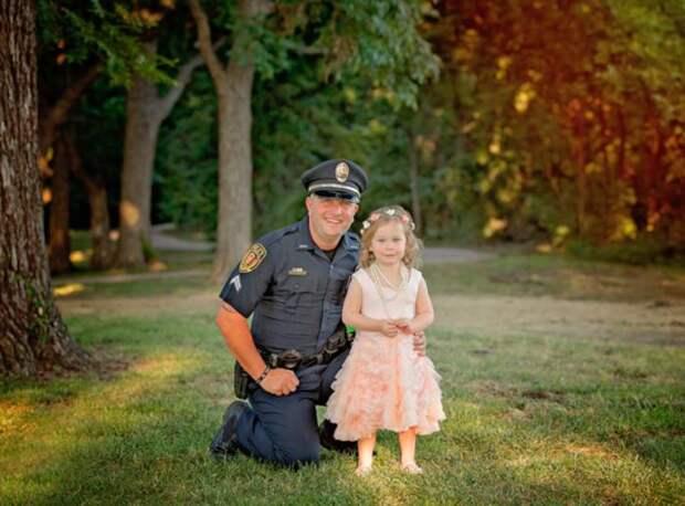 Полицейский снялся в премилой фотосессии с девочкой, которую спас от смерти