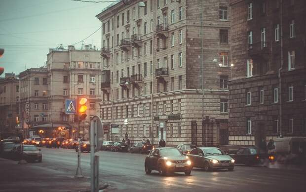 Кусок фасада пробил голову прохожей в Петербурге: это уже третий случай за прошедший месяц