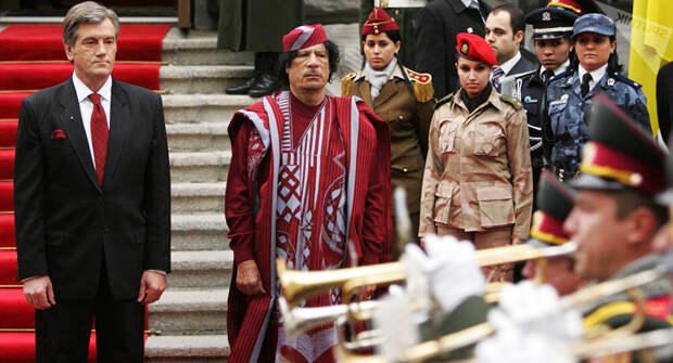 Каддафи с его охраной из женщин