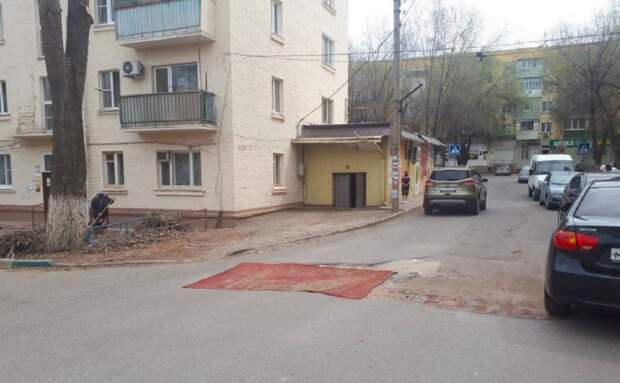 Жители Астрахани произвели ямочный ремонт с помощью ковра