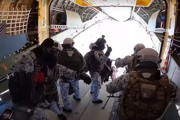 Российские десантники впервые в истории высадились с 10-километровой высоты в Арктике