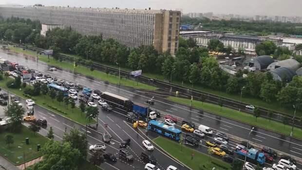 Жителей Москвы предупредили об ураганном ветре с грозой на выходных