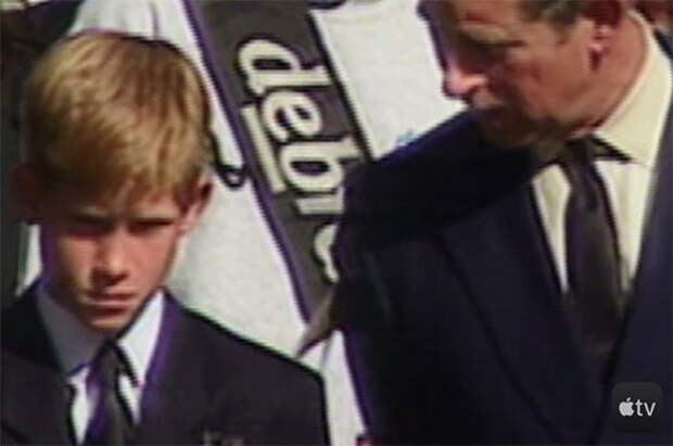 Принц Гарри с отцом принцем Чарльзом на похоронах принцессы Дианы