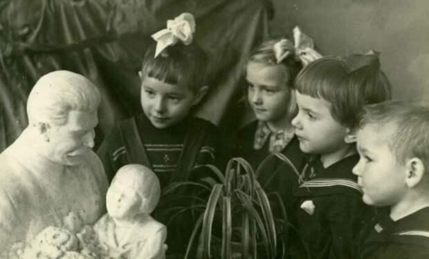 Вряд ли воспитанникам детских домов рассказывали, что они оказались здесь благодаря товарищу с бюста.
