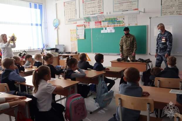 «Подержали в руках «боевой арсенал»: росгвардейцы провели урок в красноярской школе