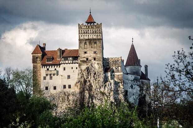 Пункт вакцинации от коронавируса открыли в замке Дракулы в Румынии