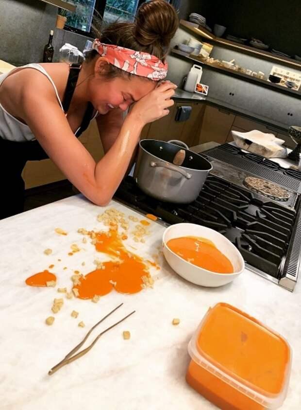 Крисси Тейген на кухне
