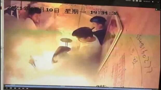 Что-то вспыхнуло: в лифте китайской многоэтажки загорелся электроскутер