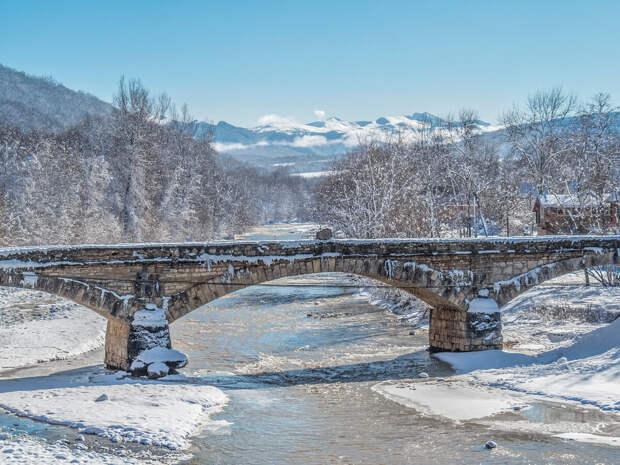 Каменный мост через реку Дах, координаты 44.236764, 40.205500.