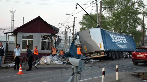 Отказали тормоза: фура на скорости влетела в ж/д пост на Урале