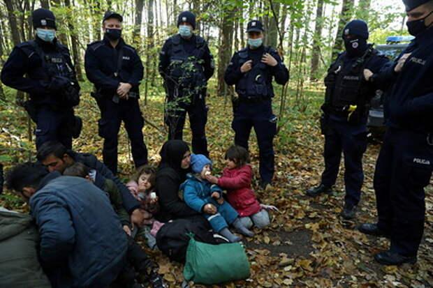 Польские пограничники применили газ против штурмующих границу мигрантов