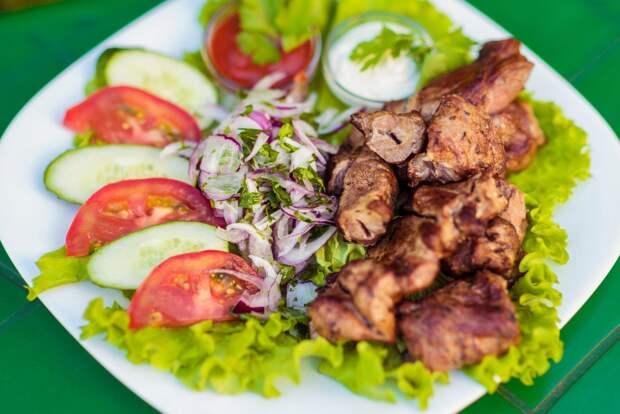 Салат стал вкуснее шашлыка: жарим на мангале мясо и овощи, а затем смешиваем вместе