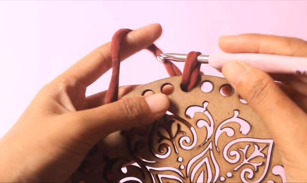Стильный и модный аксессуар из ленточной пряжи и деревянного основания