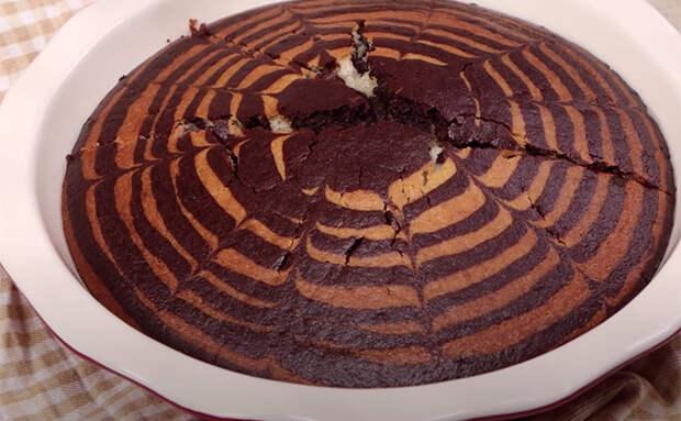 Смешиваем 2 стакана кефира со стаканом манки и печем настоящий торт