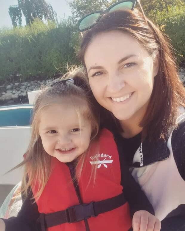 Пикантный кадр: двухлетняя дочь незаметно отправила фотографии голой матери всем ееконтактам