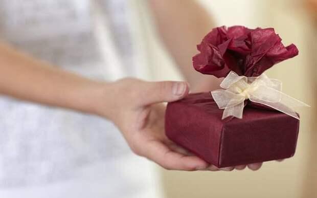 Подарок учителю: можно ли школьным педагогам принимать подарки?