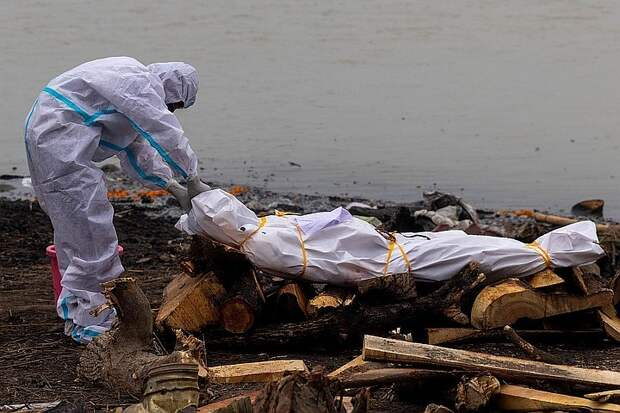 Власти Индии требуют прекратить сброс тел погибших в священную реку Ганг