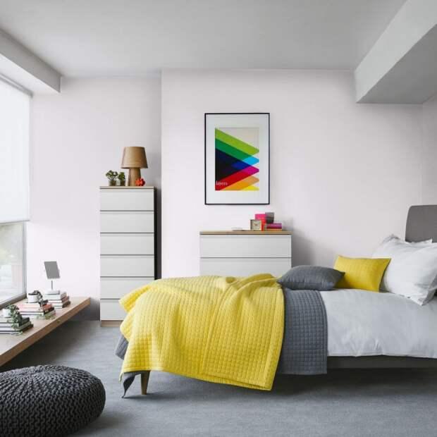 Немного солнечных элементов освежат серую комнату
