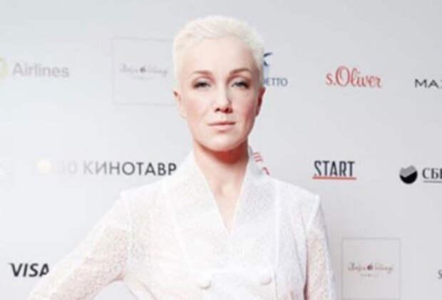 """Дарья Мороз явилась на """"Кинотавр"""" в образе роковой дамы в дерзком мини"""