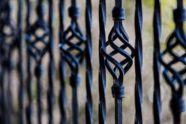 В парке «Березовая роща» коммунальщики отремонтировали забор