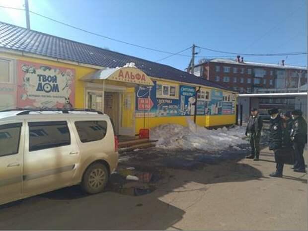 В Воткинске с крыши торгового центра на женщину с ребенком упал снег