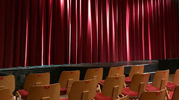 Конституционный суд запретил сокращать зарплату не занятым в спектаклях артистам